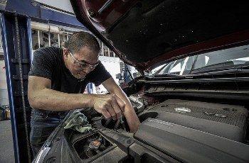 Revisión del coche en ITV inspección técnica de vehículos